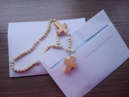 Każda z parafii, biorąca udział w modlitwach, otrzymuje własny różaniec / self-made rosaries are sent to the parishes involved in Rosary for Brothers