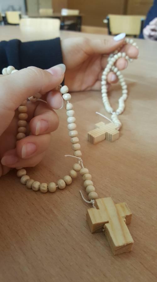 Różańce zostały zrobione w Polsce przez naszych wolontairuszy / Rosaries were made in Poland by our volunteers