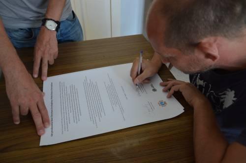 ks. Szewczyk podpisuje akt przekazania ikon