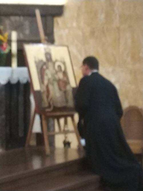Wzruszający momen - arcybiskup G. Ryś modlący się przed jedną z kopii / Very touching moment - archbishop of Lodz Grzegorz Ryś is praying in front of the icons